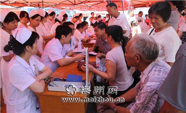 省人民医院专家开展医疗下乡活动 进行扶贫济困义诊